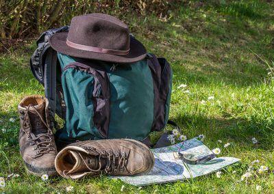 Mochila, gorro y botas de marcha para practicar senderismo en el sur de Cantabria